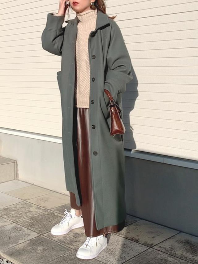 画像1: 【DHOLIC】ダウンジャケット/コート ¥7,370(税込)【select MOCA】ニット ¥5,940(税込)【Ray Cassin】スカート¥2,970(税込)【adidas Originals】スニーカー ¥15,400(税込) 出典:WEAR