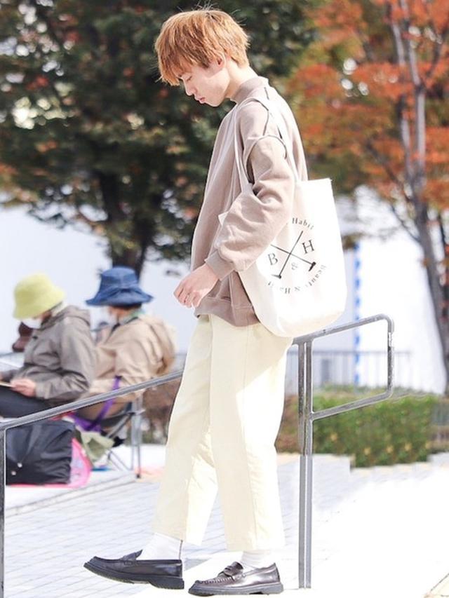 画像: 【Beauty&Habit】バッグ¥4,480(税込)パンツ¥5,940(税込)【CREAREーLINOー】トップス¥5,490(税込) 出典:WEAR