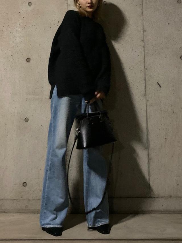 画像: 【VINTAGE】デニムパンツ【Acne Studios】ニット(参考商品)【Maison Margiela】バッグ¥209,000(税込)【参考商品】シューズ、アクセサリー 出典:WEAR