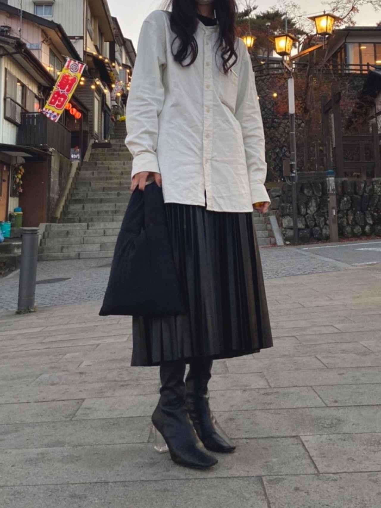 画像: 【UNIQLO】シャツ平均価格¥1,990~【GU】スカート¥2,290(税抜)【UNE MANSION】ハンドバッグ¥3,850(税込) 出典:WEAR