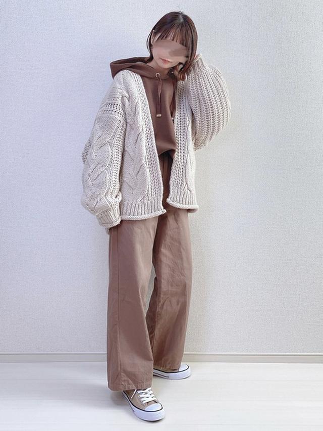 画像: 【natural couture】ふわもちラテパーカー ¥4,290(税込) 【GRL】チノツイルセミワイドパンツ ¥1,299(税込) ローカットスニーカー ¥1,299(税込) 出典:WEAR