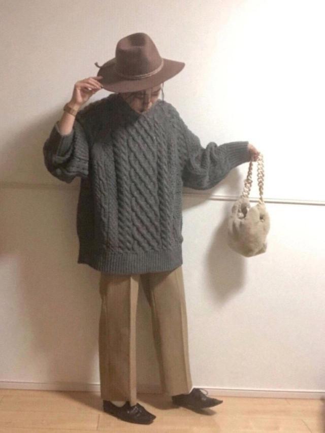 画像: 【H&M】ニット¥4,990(税込)【Ungrid】帽子¥5,500(税込)【JEANASIS】シューズ¥7,150(税込)【GU】パンツ¥2,189(税込)〜 バッグ 出典:WEAR