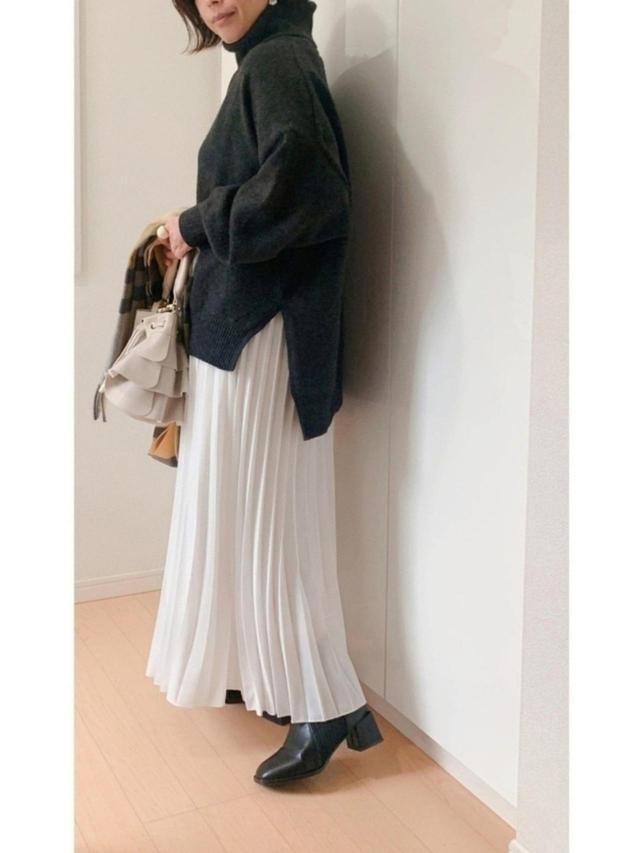画像: 【H&M】ニット¥1,999(税込)【AG by aquagirl】バッグ¥5,489(税込)【参考商品】スカート ブーツ 出典:WEAR