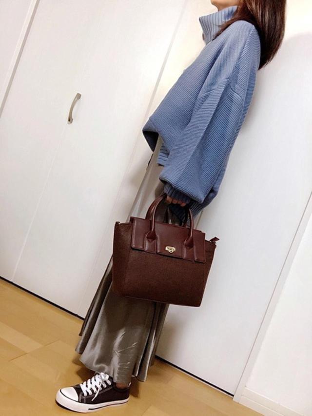 画像: 【GRL】ニット¥1,833(税込)【OZOC】バッグ¥5,489(税込)【参考商品】スカート¥4,999(税込) 出典:WEAR