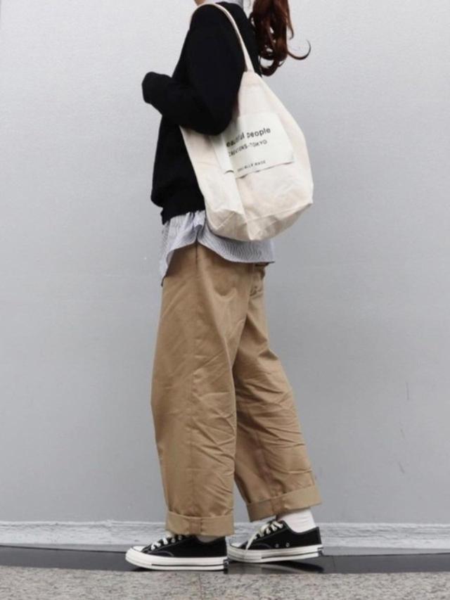 画像: 【ユニクロ】クルーネックカーディガン ¥2,189(税込) エクストラファインコットンストライプシャツ ¥2,189(税込) 【beautiful people】sckelton big name tote ¥14,300(税込) 出典:WEAR