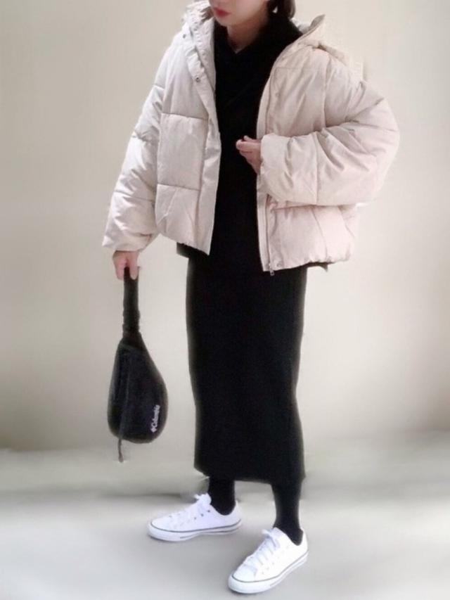 画像: 【ap retro】ダウン¥6,930(税込)【ユニクロ】スカート¥3,289(税込)【Columbia】バッグ¥3,630(税込) 【CONVERSE】スニーカー¥4,950(税込) 出典:WEAR