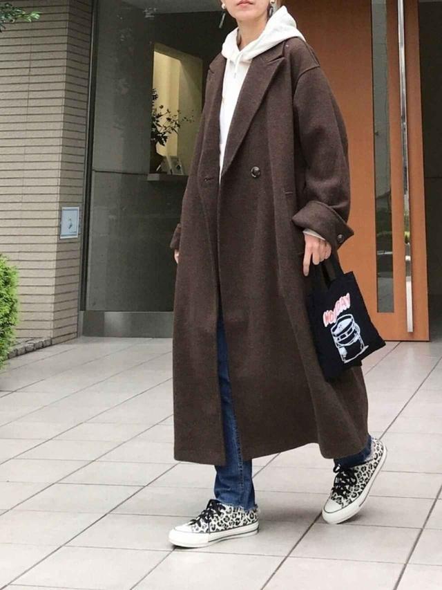 画像: 【Ambre Neige】コート¥7,995(税込)【Traditional Weatherwear】パーカー¥14,300(税込)【DHOLIC】スラックス¥4,378(税込)【HOLIDAY】バッグ¥3,630(税込)【CONVERSE】スニーカー¥8,800(税込) 出典:WEAR