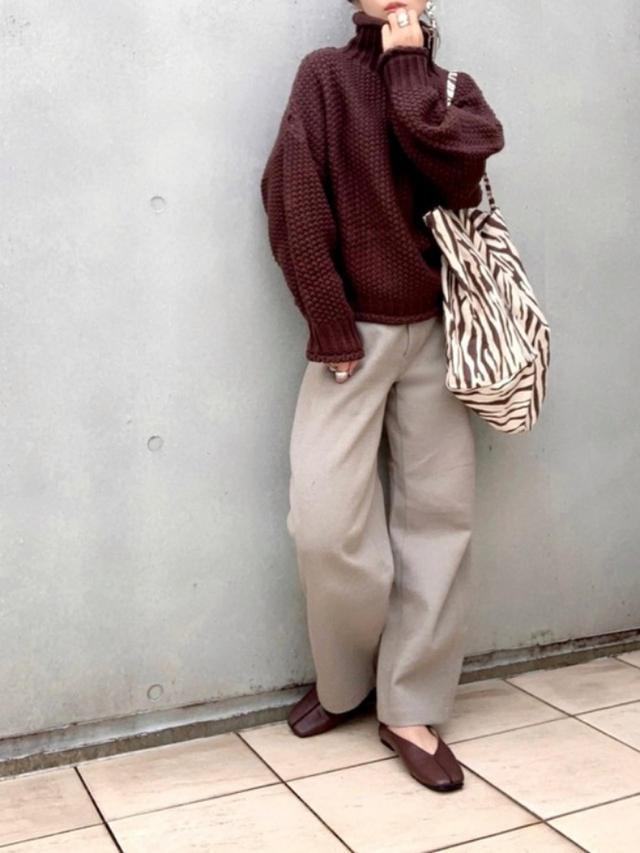 画像: 【ユニクロ】パンツ¥4,389(税込)【La-gemme】ニット¥4,960(税込)【Fabby fabby】シューズ¥6,578(税込)【参考商品】バッグ 出典:WEAR