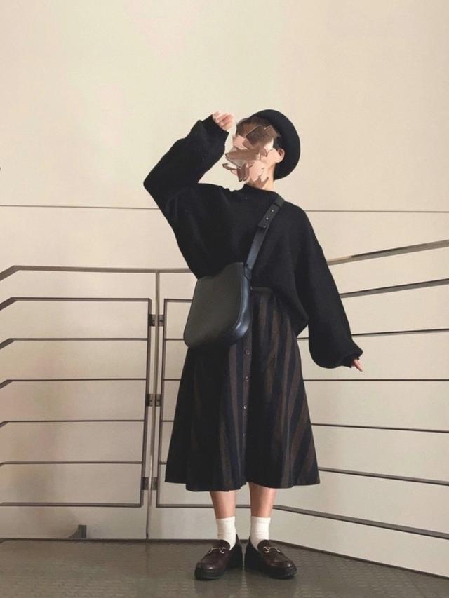 画像: 【kutir】ニット¥2,541(税込)【niko and...】ローファー¥5,390(税込)【studio CLIP】ベレー帽¥2,850(税込)【Libra】ショルダーバッグ¥3,520(税込) 出典:WEAR
