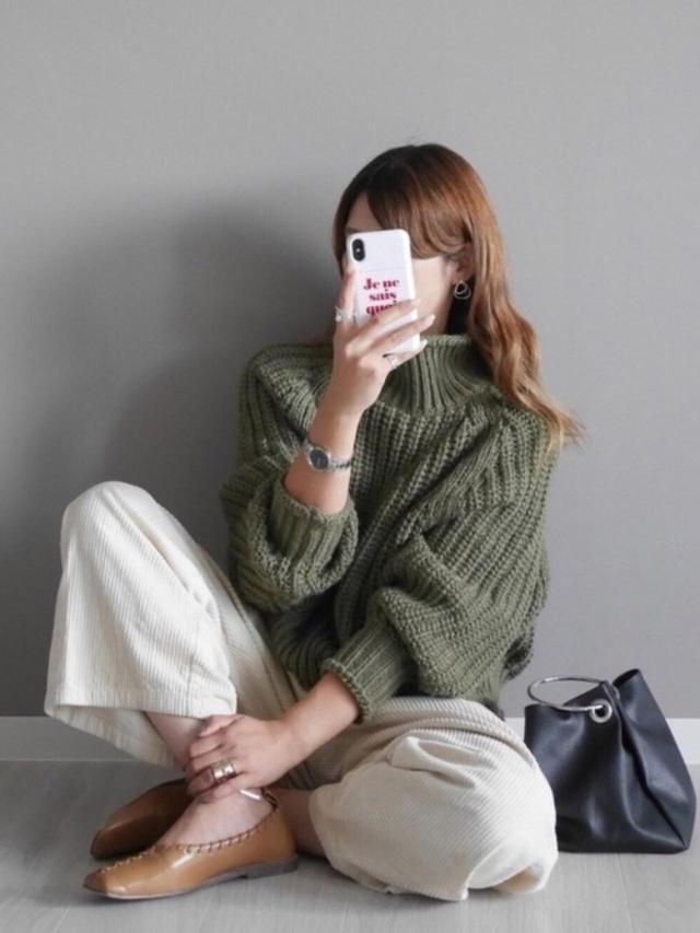 画像: 【H&M】ニット平均価格 ¥3,000~ 【Discoat】リングハンドルバッグ ¥3,190(税込) 【DONOBAN】アンクルメタルスクエアトゥバレエシューズ ¥6,050(税込) 出典:WEAR