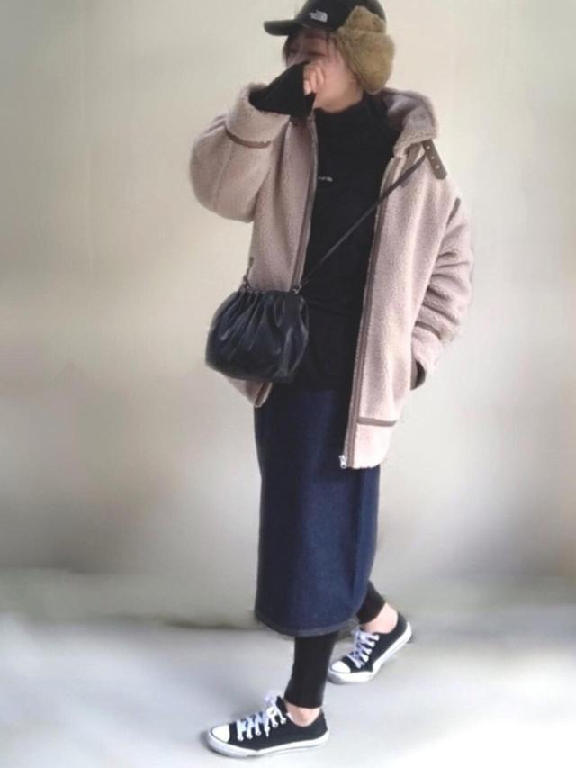 画像: 【H&M】ショルダーバッグ平均価格 ¥2,000~ 【ap retro】ボアパイピングフライトジャケット ¥5,940(税込) デニムミディタイトスカート ¥3,520(税込) 【FEKETE】FEKETE MADE LOGO TURTLENECK LONG TEE ¥3,960(税込) 【CONVERSE】NEXTAR ¥4,950(税込) 【THE NORTH FACE】Frontier Cap ¥9,680(税込) 出典:WEAR