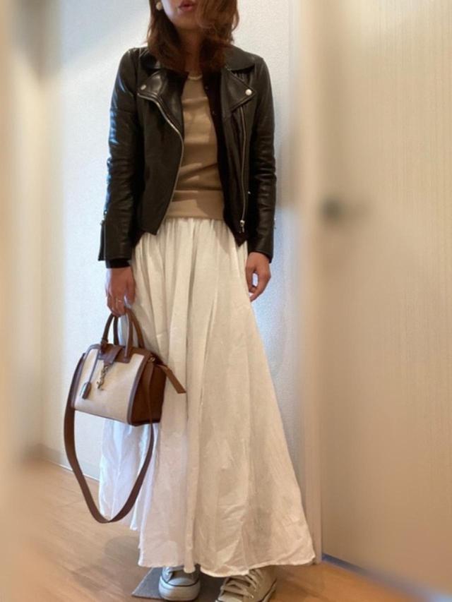 画像: 【Saint Laurent】バッグ平均価格¥250,000~【ユニクロ】カーディガン¥3,289(税込)【IENA】Tシャツ¥12,100【UNITED ARROWS】スカート¥17,600(税込)【Ray BEAMS】ジャケット¥40,700(税込)【CONVERSE】靴¥7,150(税込) 出典:WEAR