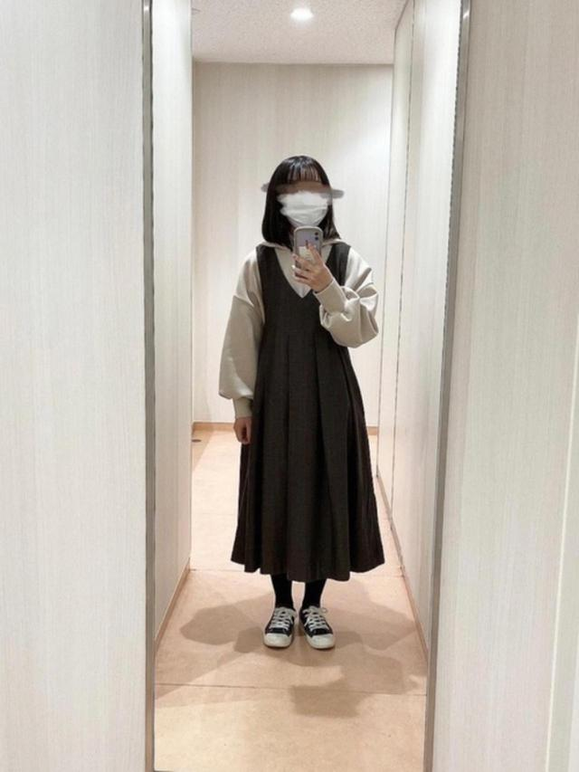 画像: 【mysty woman】トップス¥5,390(税込)【KBF】ワンピース¥9,130(税込)【無印良品】スニーカー¥2,990(税込) 出典:WEAR