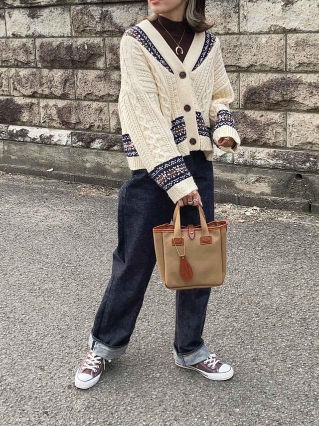 画像: 【ZARA】カーディガン平均価格¥4,000〜【ANATOMICA】パンツ¥31,900(税込)【BRADY】トートバッグ ¥20,680(税込) 出典:WEAR
