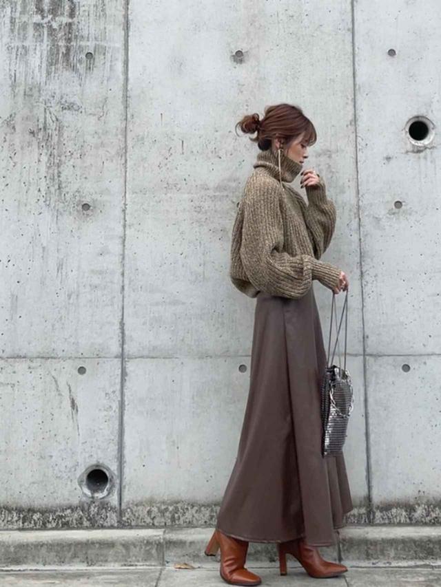 画像: 【ユニクロ】ローゲージタートルネックセーター ¥4,389(税込) 【GRL】レザーフレアスカート ¥1,699(税込) 【ACYM】Betty long ブーツ ¥16,500(税込) 出典:WEAR