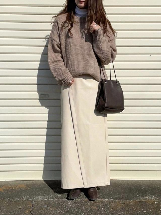画像: 【Neuna】スカート¥3,960(税込)【ユニクロ】トップス平均価格¥1,100~【LE MORE】ニット平均価格¥3,300~【LE MORE】バッグ¥4,500(税込)【ENVYLOOK】ブーツ平均価格¥5,418~ 出典:WEAR