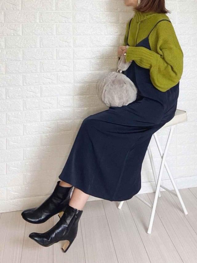 画像: 【GU】サテンキャミソールワンピース ¥2,189(税込) 【VACANCY】センターラインオフタートルニット ¥3,960(税込) 【La-gemme】足袋ブーツ ¥4,960(税込) 出典:WEAR