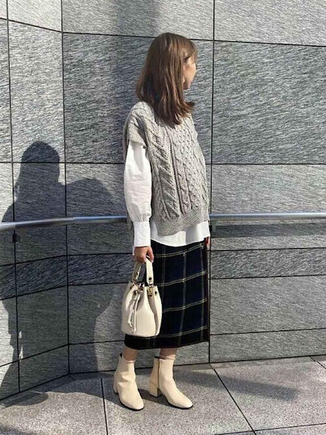 画像: 【SHIPS any】シャツ¥9,900(税込)スカート¥13,970(税込)【Oldderby Knitwear】ベスト¥14,080(税込)【MARIAN】ショートブーツ¥19,910(税込)【MARCO BIANCHINI】バッグ¥12,100(税込) 出典:WEAR