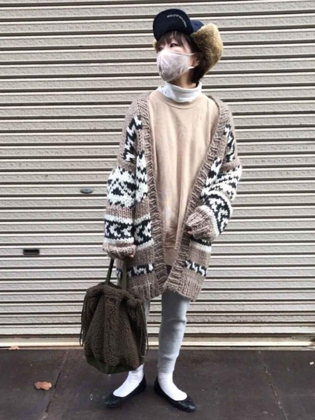 画像: 【Ungrid】カーディガン¥17,600(税込)【Kastane】パンツ¥4,180(税込)【ユニクロ】Tシャツ¥1,100(税込)【Champion】スウェット¥7,150(税込)【LOWRYS FARM】靴¥3,300(税込) 出典:WEAR
