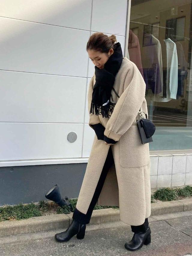 画像: 【TODAYFUL】カラーレスボアコート¥35,200(税込み)スクエアショートブーツ¥31,900(税込み)【ANIECA】Mini Leather BAG¥23,100(税込み) 出典:WEAR