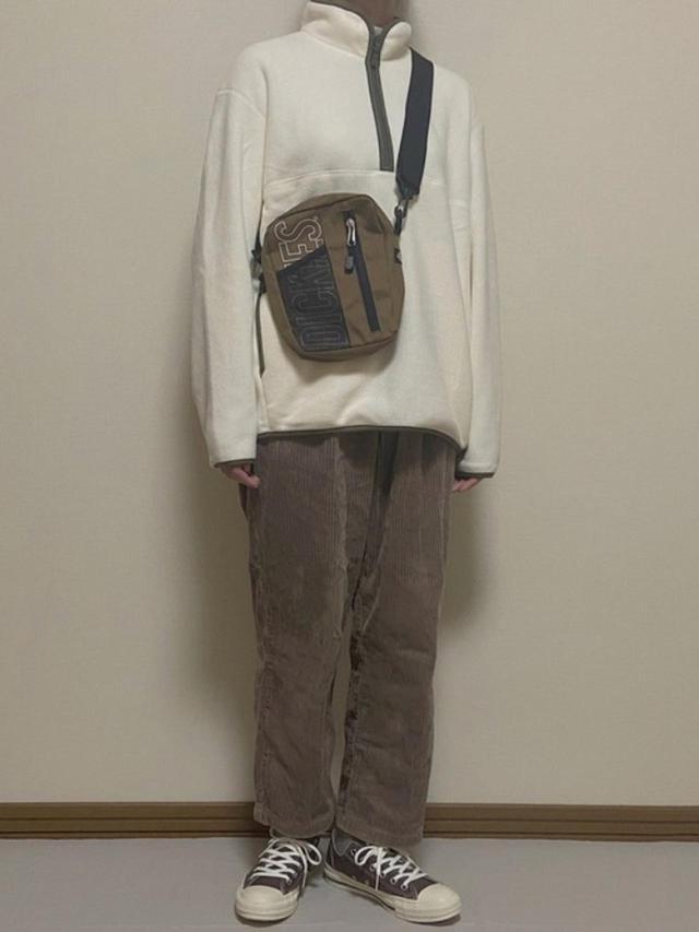 画像: 【ユニクロ】フリース平均価格¥2,000~【w closet】パンツ¥5,390(税込)【Dickies】バッグ平均価格¥4,000~【CONVERSE】スニーカー¥7,150(税込) 出典:WEAR