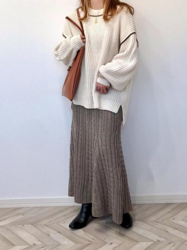 画像: 【GU】ブーツ¥3,289(税込)【GRL】スカート¥1,323(税込)【Auntie Rosa Holiday】ニット¥3,960(税込) 出典:WEAR