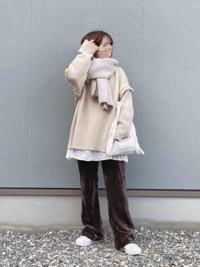 画像: 【GRL】ニット¥2,699(税込)【PAGEBOY】パンツ¥6,050(税込)【adidas】靴¥13,200(税込) 出典:WEAR