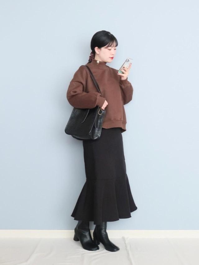 画像: 【fifth】カットソー¥5,159(税込)スカート¥3,839(税込)【Edit Sheen】バッグ¥7,029(税込)【Fabby fabby】ブーツ¥7,979(税込) 出典:WEAR