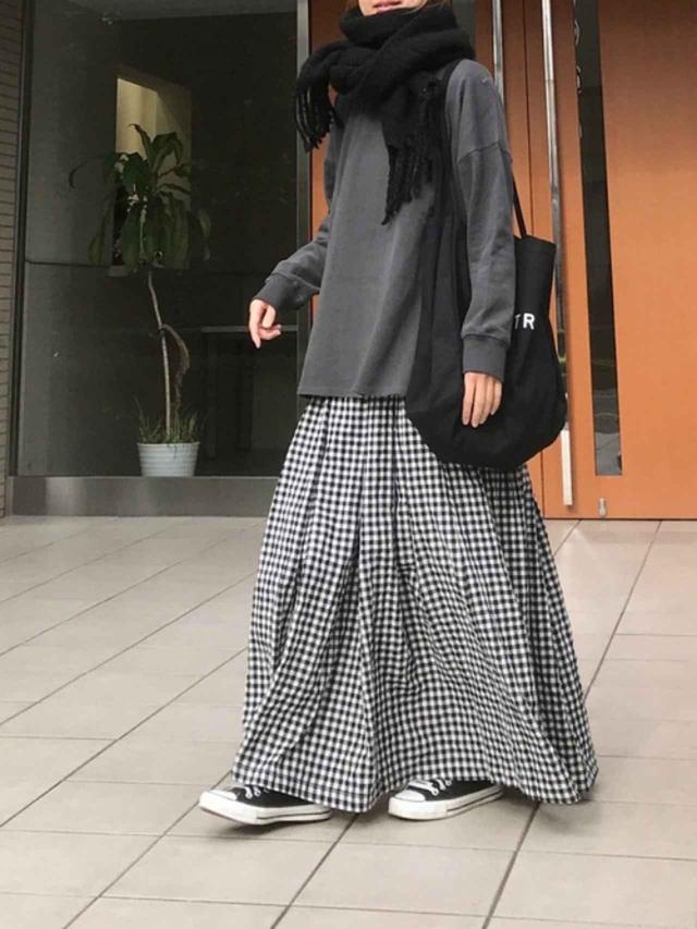画像: 【Libra】ギンガムチェックボリュームスカート ¥4,290(税込) 【Riberry】ロゴビッグトート ¥3,080(税込) 出典:WEAR