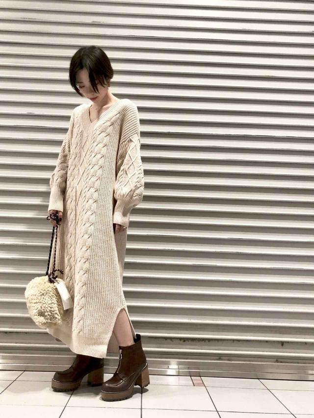画像: 【JEANASIS】ワンピース¥8,800(税込)ショルダーバッグ ¥5,500(税込)ブーツ¥12,100(税込) 出典:WEAR