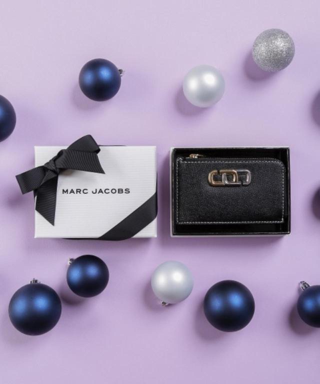 画像: 【MARC JACOBS】HE J LINK SMALL TOP ZIP WALLET ¥18,700(税込) 出典:ZOZOTOWN