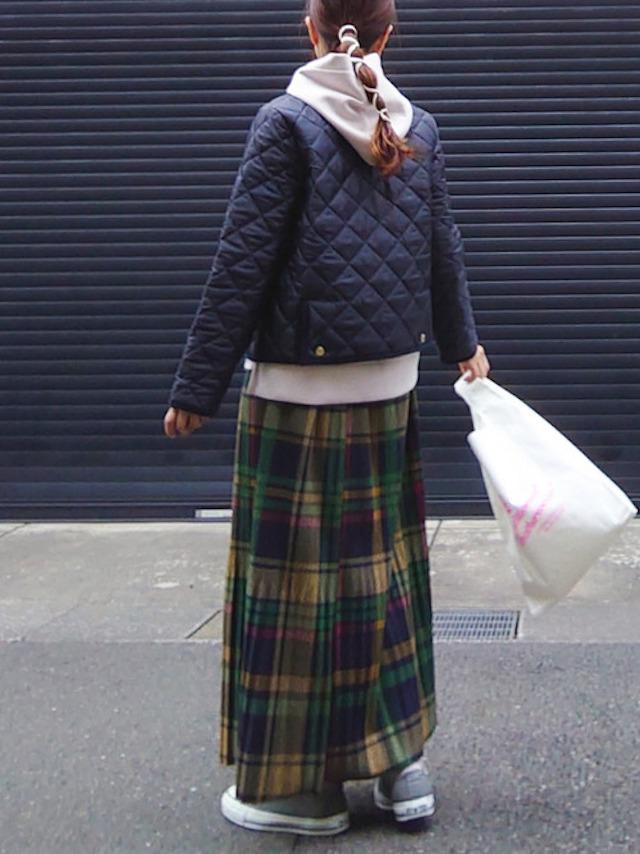 画像: 【Traditional Weatherwear】ジャケット¥25,300(税込)【Ambre Neige】パーカー¥4,290(税込)【Libra】スカート¥3,190(税込)【Traditional Weatherwear】トートバッグ¥2,970(税込)【CONVERSE】スニーカー¥6,380(税込) 出典:WEAR