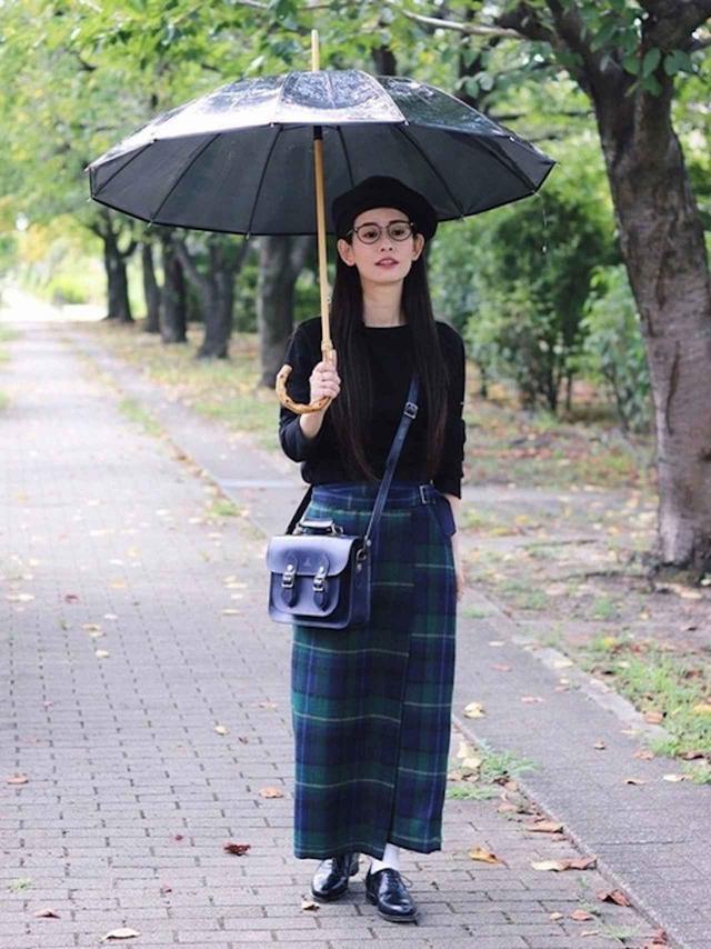 画像: 【SAINT JAMES】トップス ¥11,000(税込)【MACALASTAIR】スカート(参考商品)【BJ CLASSIC】メガネ(参考商品)【La Maison de Lyllis】ベレー帽¥11,000(税込)【GLENROYAL】バッグ¥68,200(税込)【Jalan Sriwijaya】シューズ¥35,200(税込)【Traditional Weatherwear】傘¥9,900(税込) 出典:WEAR