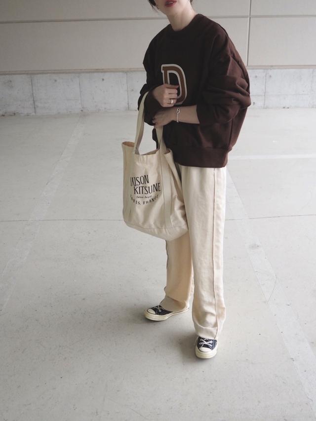 画像: 【メゾン キツネ】バッグ¥9,350(税込)【6(ROKU) BEAUTY&YOUTH UNITED ARROWS】パンツ¥14,300(税込) 出典:WEAR