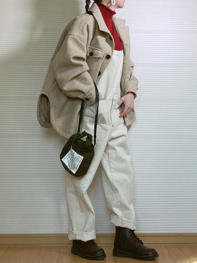 画像: 【notch.】アウター¥5,940(税込)【ユニクロ】ニット¥3,289(税込)【via j】サロペット¥14,157(税込)【BURLAP OUTFITTER】バッグ¥3,630(税込)【Fabby fabby】ブーツ¥8,987(税込)【GOLDY】ピアス¥1,980(税込) 出典:WEAR