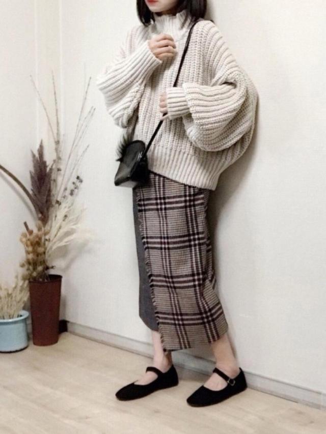 画像: 【H&M】ニット平均価格¥2,000~【socolla】スカート¥9,790(税込)【florist】バッグ¥8,128(税込)【AAA+】靴¥2,178(税込) 出典:WEAR