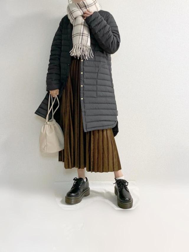 画像: 【Traditional Weatherwear】コート¥21,450(税込)【MATCH&more】スカート¥5,390(税込)【Honeys】ストール¥1,680(税込)【Fabby fabby】シューズ¥7,685(税込) 出典:WEAR