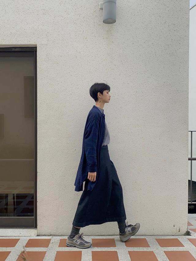 画像: 【無印良品】シャツ平均価格¥2,000〜、デニムスカート平均価格¥5,000〜【NEW BALANCE】スニーカー平均価格¥5,000〜【参考商品】トップス 出典:WEAR