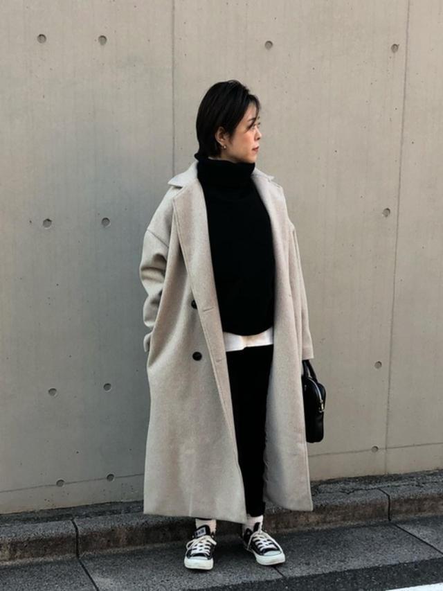 画像: 【CONVERSE】靴¥6,380(税込)【select MOCA】ニット¥4,994(税込) パンツ¥3,850(税込)【Lian】コート¥9,900(税込) 出典:WEAR