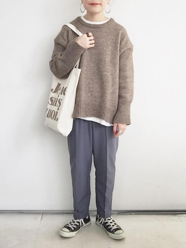 画像: 【reca】パンツ¥2,980(税込)【ANDJ】ニット¥6,050(税込)【CORNERS】Tシャツ¥3,190(税込)【CONVERSE】靴¥6,380(税込) 出典:WEAR