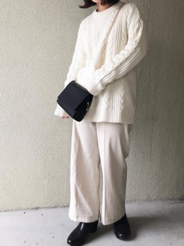 画像: 【ユニクロ】ニット¥3,289(税込)【LuuNa】バッグ¥6,490(税込)【Newlyme】パンツ¥3,290(税込)【参考商品】ブーツ 出典:WEAR
