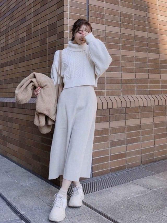 画像: 【Heather】ニット¥4,950(税込)【GU】スカート平均価格¥2,189(税込)~【UNIQLO】アウター¥3,289(税込) 出典:WEAR
