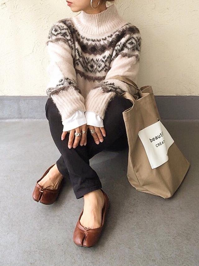 画像: 【AZUL ENCANTO】ニット¥7,990(税込)【HONEYS】パンツ¥2,016(税込)【beautiful people】バッグ平均価格¥13,000〜【DONOBAN】シューズ¥4,950(税込) 出典 :WEAR