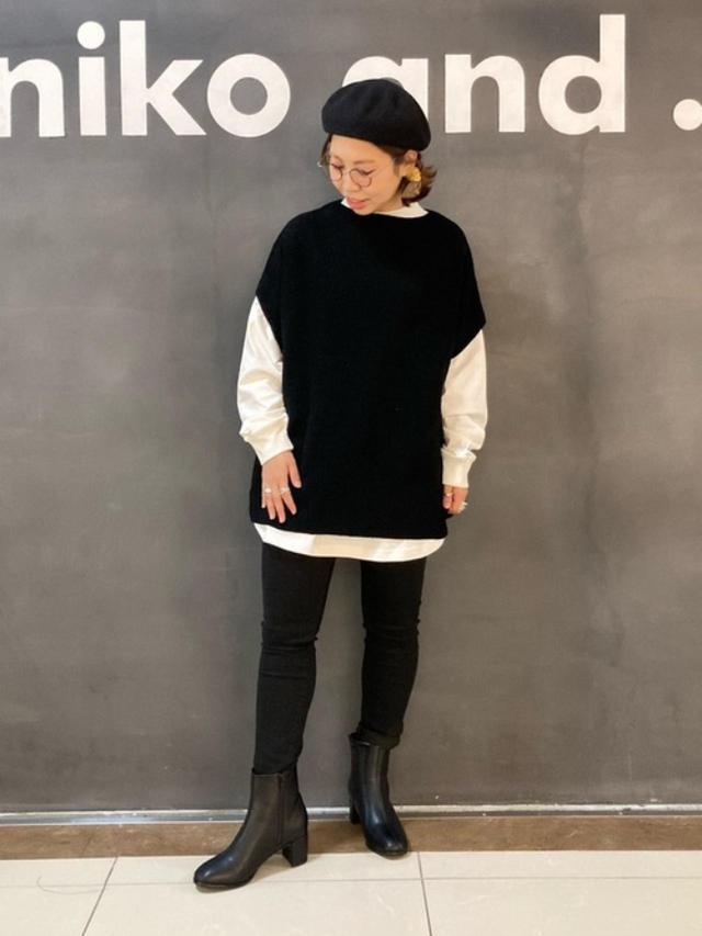 画像: 【niko and...】ポンチョ風ニットベスト ¥5,390(税込) オリジナルブロックヒールブーツ ¥6,160(税込) オリジナルカラーベレー帽 ¥2,860(税込) 出典:WEAR
