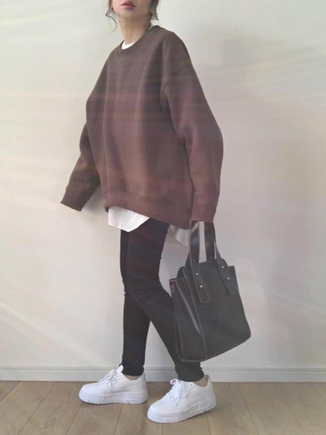画像: 【Aunt Marie's】キルティングシャツ ¥4,290(税込) 【INTER FACTORY】裏起毛ビッグシルエットクルーネックスウェット ¥4,840(税込) 【NIKE】AF1 PIXEL ¥12,100(税込) 【mystic】マルチハンドルバッグ ¥6,490(税込) 出典:WEAR