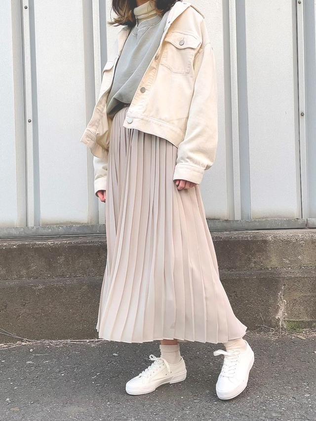 画像: 【ユニクロ】スカート平均価格¥2,189~ジャケット平均価格¥4,990~スニーカー平均価格¥1,089~【KBF】スウェット¥7,040(税込) 出典:WEAR