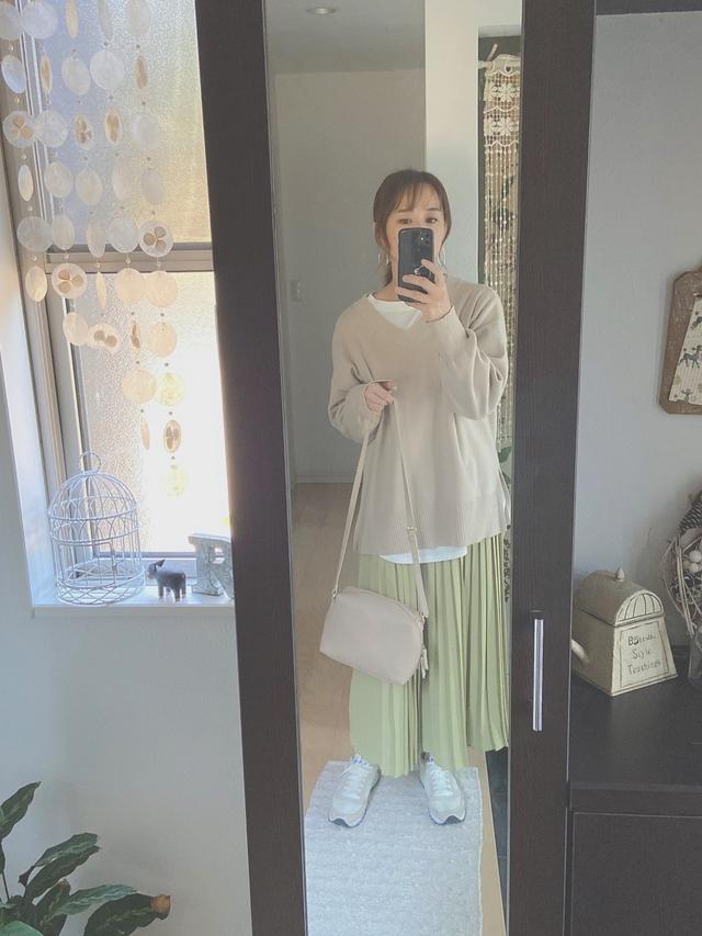 画像: 【ユニクロ】スカート平均価格¥2,189~【LOWRYS FARM】ニット¥5,500(税込)【Saucony】スニーカー¥6,589(税込) 出典:WEAR