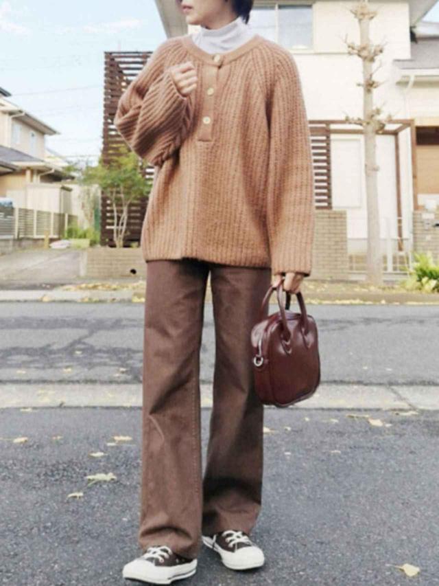 画像: 【chocomee】ニット¥5,000(税込)【UNIQLO】ボトムス平均価格¥2,189(税込)~【kutir】バッグ¥2,497(税込)【CONVERSE】スニーカー¥8,250(税込) 出典:WEAR