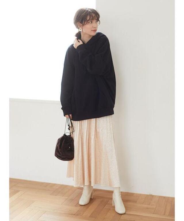 画像: 【ELENCARE DUE】パーカー¥5,489(税込)【参考商品】スカート、ブーツ、バッグ 出典:WEAR