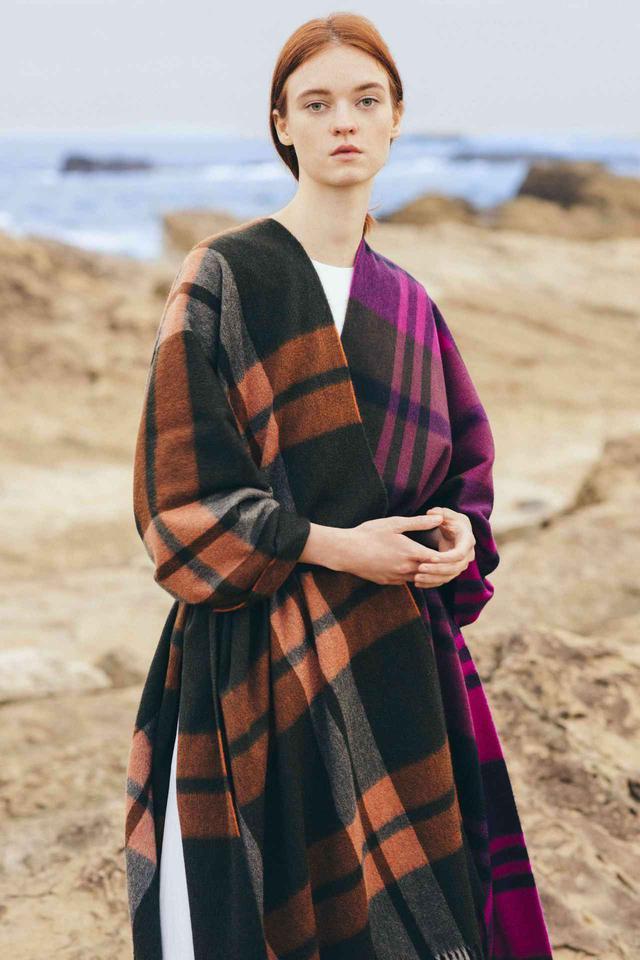 画像: <写真右>フューシャピンク×カーキグリーン×ダークネイビー配色の「Primary Black Watch」<写真左>ブラックに近い深みのあるグリーン×オレンジ×ライトグレー配色の「New Check」 出典:fashion trend news